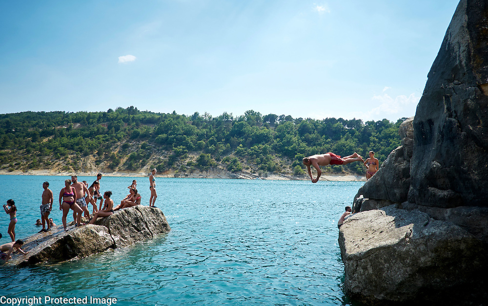 Springen van de rotsen bij Bauduen aan het Lac du St Croix, Frankrijk - Jumping from the rocks near Bauduen at the Lac du St Croix, France