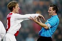 Fotball. Nederlandsk liga. 15.12.2002.<br />Ajax v PSV.<br />Andre Bergdølmo, Ajax.<br />Andre Ooijer, PSV.<br />Foto: Stanley Gontha, Digitalsport