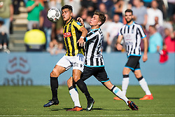 (L-R) Navarone Foor of Vitesse, Reuven Niemeijer of Heracles Almelo during the Dutch Eredivisie match between Heracles Almelo and Vitesse Arnhem at Polman stadium on October 15, 2017 in Almelo, The Netherlands