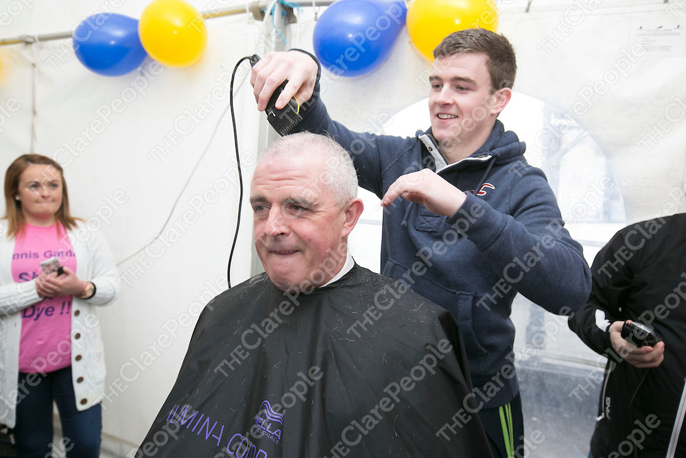 Clare Tony Kelly shaving the Head of Superintendent John Kerin  at  the Garda Shave or Dye event in O'Connell Square Ennis. .<br /> Pictured Credit Brian Gavin Press 22