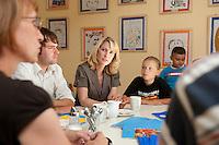 24 AUG 2009, BERLIN/GERMANY:<br /> Bjoern Boehning, SPD, Direktkandidat Kreuzberg-Friedrichshain zur Bundestagswahl 2009, Manuela Schwesig, SPD, Sozialministerin Mecklenburg-Vorpommern und Mitglied im Team S teinmeier, und Vanessa Pruegel (10 Jahre), (v.L.n.R.), waehrend dem Besuch des Familienzentrums Mehringdamm, Berlin-Kreuzberg<br /> IMAGE: 20090824-03-088<br /> KEYWORDS: Kinder, Kind, Kindergarten, Gespraech, Gespräch