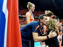 04-10-2015 NED: Volleyball European Championship Final Nederland - Rusland, Rotterdam<br /> Nederland verliest kansloos de finale met 3-0 van Rusland en moet genoegen nemen met zilver / Coach Giovanni Guidetti wordt gefeliciteerd door minister Schippers