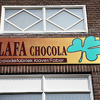 Nederland, Achlum , 27 april 2011..Uithangbord van de chocoladefabriek van Achlum..Achlum is een dorp, dat vanaf 1 januari 1984 bij de gemeente Franekeradeel behoort, in de provincie Friesland (Nederland). Het is een terpdorp aan de Slachtedyk met ongeveer 635 inwoners (2009)..Achlum ligt ten zuidoosten van Harlingen en ten zuidwesten van Franeker..Om te vieren dat Achmea tweehonderd jaar geleden door Ulbe Piers Draisma in Achlum werd opgericht, organiseert de verzekeraar op 28 mei 2011 de Conventie van Achlum. Allerlei sprekers hebben toegezegd naar Achlum te komen, waaronder Bill Clinton, oud-president van de Verenigde Staten. Alle bewoners van het dorp worden bij de festiviteiten betrokken..Foto:Jean-Pierre Jans