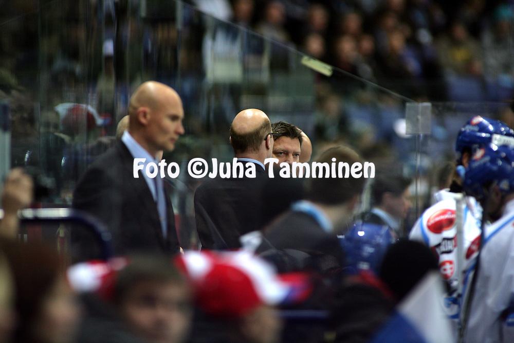 05.11.2009, Hartwall-Areena, Helsinki..J??kiekon Euro Hockey Tour - Karjala-turnaus 2009 .Suomi - Ven?j?.Suomen p??valmentaja Jukka Jalonen vaihtoaitiossa.©Juha Tamminen.