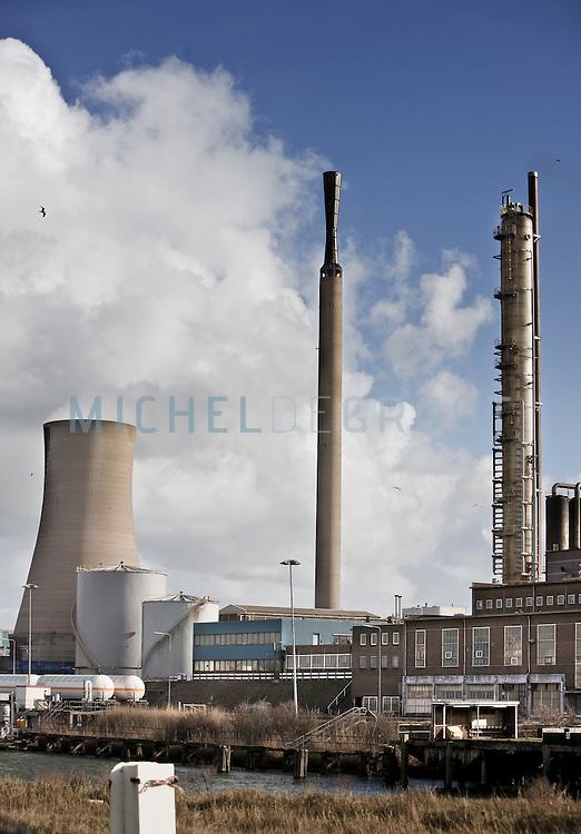DSM fabriek op het Corus terrein in Velsen-Noord op March 04, 2008 in IJmuiden / Velsen-Noord, . DSM is producent van chloor, ammoniak en kunstmest. Eind 2009 zal deze fabriek sluiten en zal de productie van deze stoffen worden overgenomen door de DSM fabriek in Geleen. De reden hiervoor is dat er geen chloor en amoniak transport meer door het land hoeft  plaats te vinden. (photo by Michel de Groot)