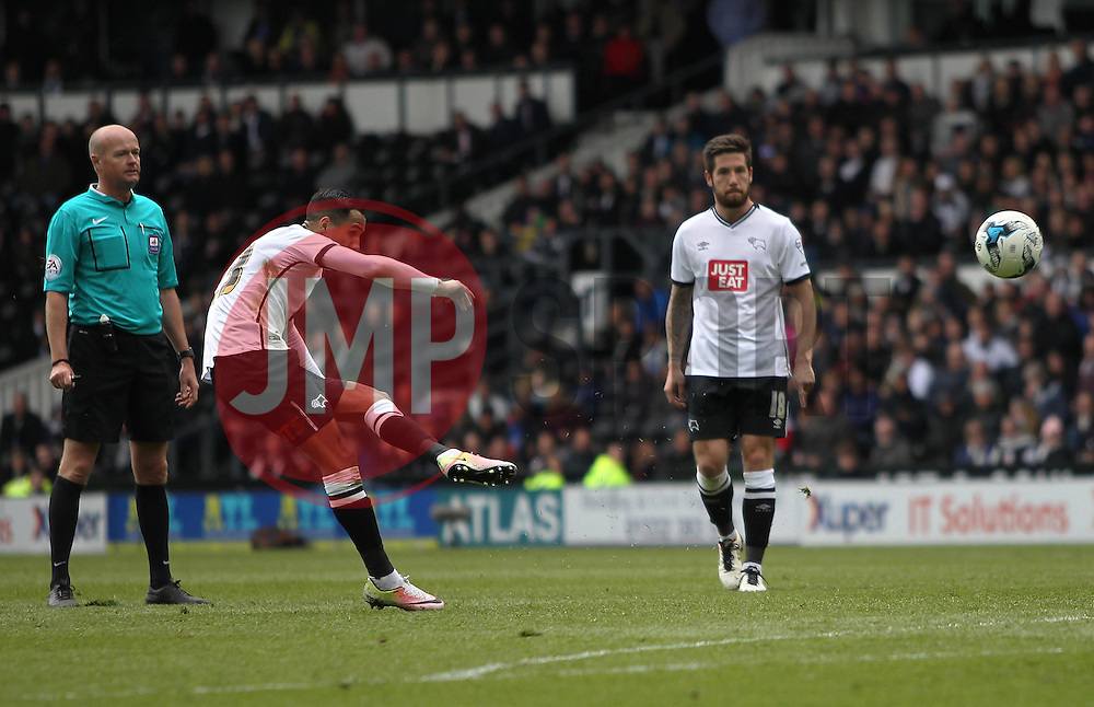 Thomas Ince of Derby County (C) takes a free kick - Mandatory by-line: Jack Phillips/JMP - 23/04/2016 - FOOTBALL - iPro Stadium - Derby, England - Derby County v Sheffield Wednesday - Sky Bet Championship