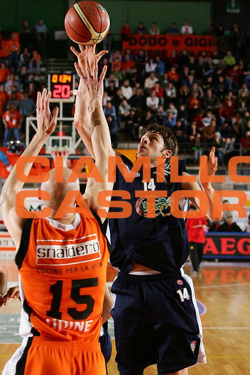 DESCRIZIONE : Udine Lega A1 2005-06 Snaidero Udine Upea Capo Orlando <br /> GIOCATORE : Carter <br /> SQUADRA : Upea Capo Orlando <br /> EVENTO : Campionato Lega A1 2005-2006 <br /> GARA : Snaidero Udine Upea Capo Orlando <br /> DATA : 11/03/2006 <br /> CATEGORIA : Tiro <br /> SPORT : Pallacanestro <br /> AUTORE : Agenzia Ciamillo-Castoria/S.Silvestri <br /> Galleria : Lega Basket A1 2005-2006 <br /> Fotonotizia : Udine Campionato Italiano Lega A1 2005-2006 Snaidero Udine Upea Capo Orlando <br /> Predefinita :
