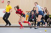 DELFT - Thirsa Kho (Nijm)  met Fabienne Roosen (Lar)  tijdens de zaalhockey competitiewedstrijd Laren-Nijmegen. COPYRIGHT KOEN SUYK