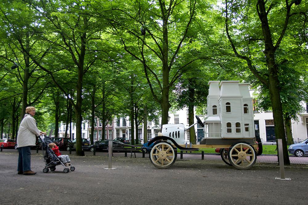 Foto: Gerrit de Heus. Den Haag. 06/06/08. Den Haag Sculptuur. Een vrouw en kind bekijken het kunstwerk van David Herbert.