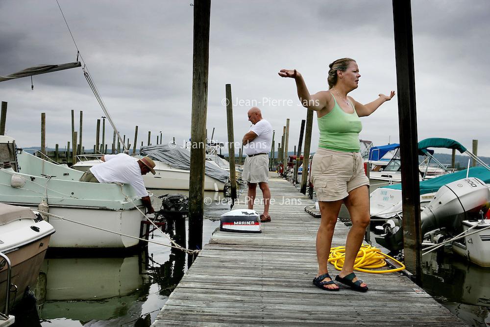 Verenigde Staten.Rockland.Piermont.9 augustus 2005.<br /> Bewoners van het Havenplaatsje Piermont aan de Hudson rivier zo'n 40 km buiten New York.<br /> Vele bewoners van Piermont en van New York hebben een boot in de haven liggen.Piermont is het 1e dorpje aan de Hudson ten Westen van New York.<br /> Recreatie.Ontspanning.Kade.Bootje varen.<br /> Archives 2005, in the marina of Piermont, New York USA.