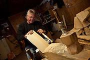Jean-François Pasquier est tavillonneur et couvreur aux Avants, sur les hauts de Montreux. Dans le cadre des activités du PNR Gruyère il propose des ateliers pour familles, enfants et adultes. © Romano P. Riedo
