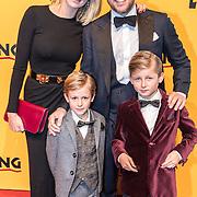 NLD/Scheveningen/20161030 - Premiere musical The Lion King, renate Gerstanowitz - Verbaan met partner Winston Gerstanowitz en kinderen Julian en Benjamin
