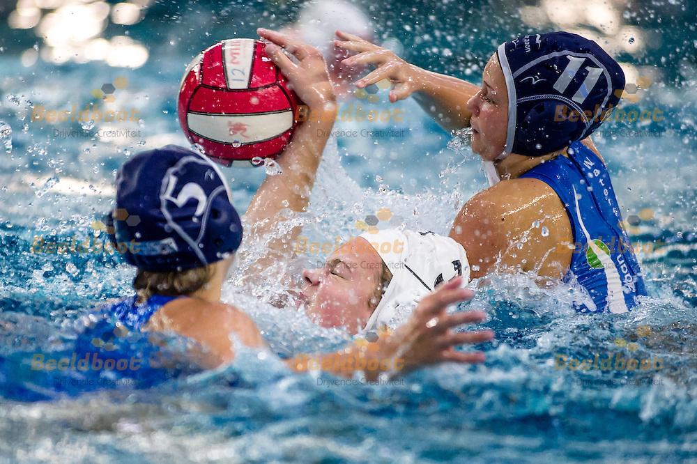 Waterpolo Utrecht Eredivisie B-Jeugd meisjes 2014-2015 UZSC - ZV De Zaan: L-R Mendy Mentink van ZV de Zaan, Emma van Rossum van UZSC, Maxine Schaap van ZV de Zaan