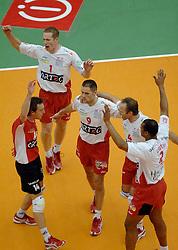 04-01-2006 VOLLEYBAL: CHAMPIONS LEAGUE ROESELARE - NESSELANDE: ROESELARE<br /> De ploeg van coach Peter Blangé bracht de cruciale uitwedstrijd tegen Knack Roeselare, al geplaatst, tot een goed einde: 3-2 / Richard Rademaker, Kristian van der Wel en Allan van de Loo<br /> ©2006-WWW.FOTOHOOGENDOORN.NL