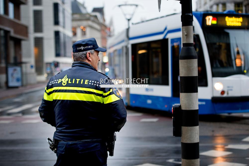 AMSTERDAM  - Politie agenten surveilleren door het centrum van Amsterdam  . COPYRIGHT ROBIN UTRECHT