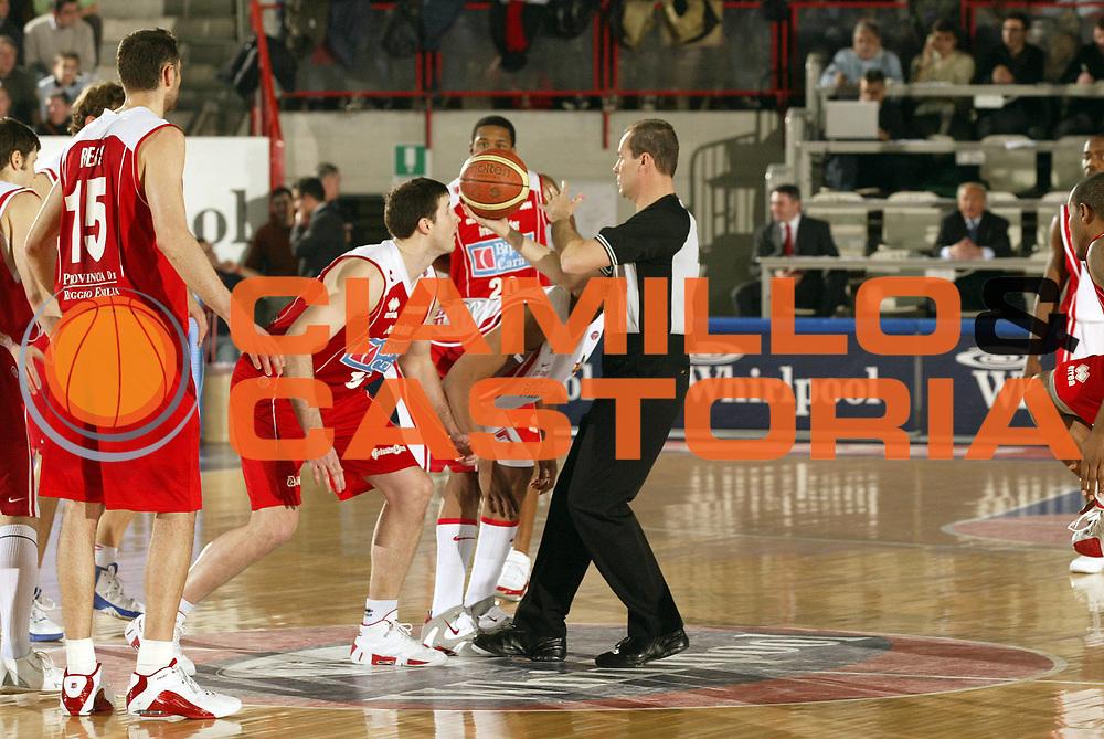 DESCRIZIONE : Varese Lega A1 2006-07 Whirlpool Varese Bipop Carire Reggio Emilia<br /> GIOCATORE : Arbitro<br /> SQUADRA : <br /> EVENTO : Campionato Lega A1 2006-2007 <br /> GARA : Whirlpool Varese Bipop Carire Reggio Emilia<br /> DATA : 18/03/2007 <br /> CATEGORIA : Curiosita<br /> SPORT : Pallacanestro <br /> AUTORE : Agenzia Ciamillo-Castoria/G.Cottini