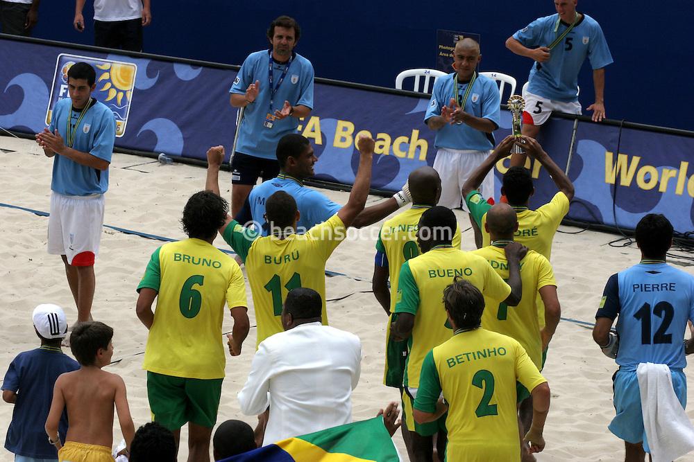 Footbal-FIFA Beach Soccer World Cup 2006 - Final- BRA xURU -Uruguay Team aplause the Brazil Team  -Rio de Janeiro- Brazil - 12/11/2006.<br />Mandatory Credit: FIFA/Ricardo Ayres