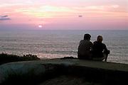 Frankrijk, St Jean de Luz, 12-9-2004..Stelletje, paartje, man en vrouw beleven de zonsondergang aan zee. Verliefd, liefde, romantiek, rust, ontspanning, natuur, gevoel, toenadering...Foto: Flip Franssen/Hollandse Hoogte