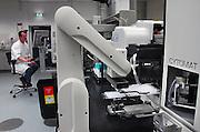Nederland, Oss, 30-10-2007Fabriek van de  producent van medicijnen Organon. Vooral van pillen voor anticonceptie,vruchtbaarheid en menopauze. Op de foto een laborant die een computergestuurd analyse apparaat bedient..Foto: Flip Franssen