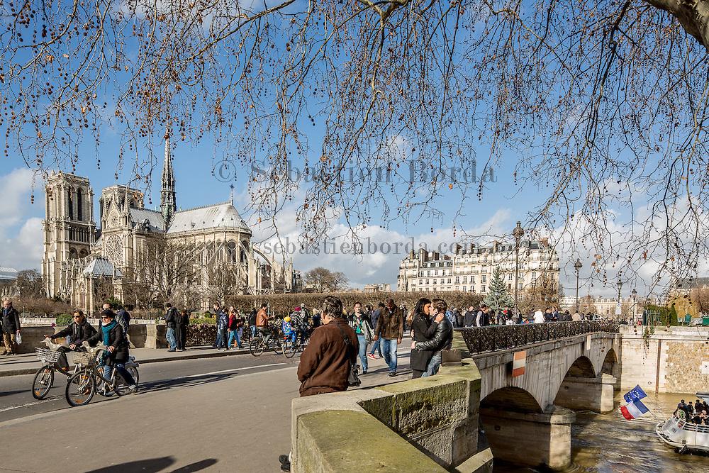 Cathédrale Notre-Dame de Paris depuis le pont de l'Archevêché//  Notre-Dame de Paris cathedral from Archevêché bridge