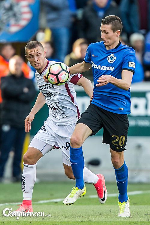 BRUGGE - Club Brugge - Zulte Waregem , Voetbal , Seizoen 2016/2017 , Jupiler Pro League Belgie Play-off 1 , Jan Breydel Stadion , 01-05-2017 , Timothy Derijck van Zulte Waregem (l) in duel met Han Vanaken (r)