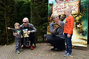 Kinderboekenschrijver Paul van Loon en prinses Laurentien presenteren in de Efteling het nieuwe boek De Sprookjessprokkelaar, een sprookjesboek dat ze samen hebben geschreven. <br /> <br /> Present Children's Writer Paul van Loon and Princess Laurentien in the new book The Sprookjessprokkelaar Efteling, a fairytale that they have written together.<br /> <br /> Op de foto / On the photo: <br /> <br />  Paul van Loon en prinses Laurentien van Oranje geven het eerste boek aan twee kinderen