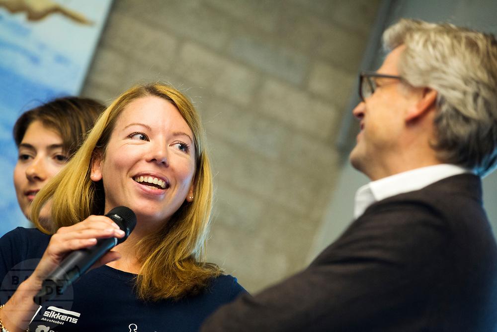 In Amsterdam wordt het zevende Human Power Team, dat bestaat uit studenten van de TU Delft en de VU Amsterdam, gehuldigd op de Vrije Universiteit door de voorzitter van het College van Bestuur Jaap Winter (rechts). Het team heeft in september 2017 het Nederlands snelheidsrecord verbroken. Aniek Rooderkerken (2e rechts) reed 121,5 km/h, net te weinig voor het wereldrecord.
