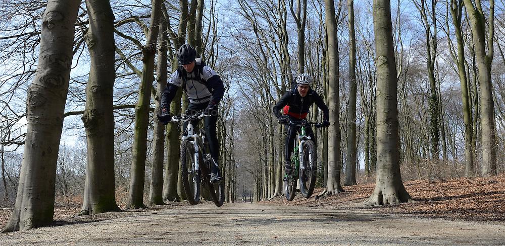 01-04-2013 ALGEMEEN: WE BIKE 2 CHANGE DIABETES: ARNHEM<br /> In de bossen bij Papendal werd de tweede meeting van de BvdGf gehouden met een fotosessie en een stukje biken / Erik, Dennis<br /> &copy;2013-FotoHoogendoorn.nl