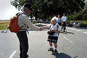 Nederland, Nijmegen, 16-7-2003<br /> Lopen, wandelen in de hitte van de tweede dag van de vierdaagse, De Noorse mevr. Carlsen is 85 en loopt voor de 15e keer mee. Zij maakt kennis met een bewonderaar. Ouderen. 4daagse, 4-daagse, wandelmars, wandelsport,afzien<br /> Foto: Flip Franssen/Hollandse Hoogte