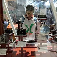 Toluca, México.- Como parte de la conmemoración del Día de la Libertad de Expresión la UAEM instalo una exposición de Cámaras Fotográficas Antiguas. Agencia MVT / Crisanta Espinosa