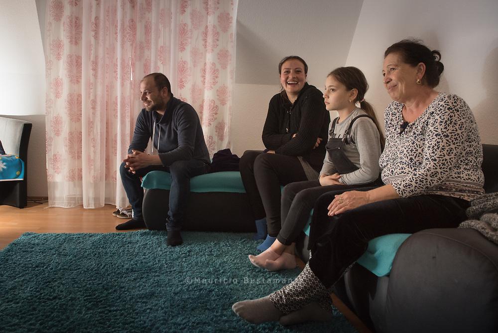 Endlich! In Harburg haben Izvoras und Loredana eine Dreizimmerwohnung gefunden –<br /> für sich ganz allein. Derzeit ist Loredanas Mutter zu Besuch.