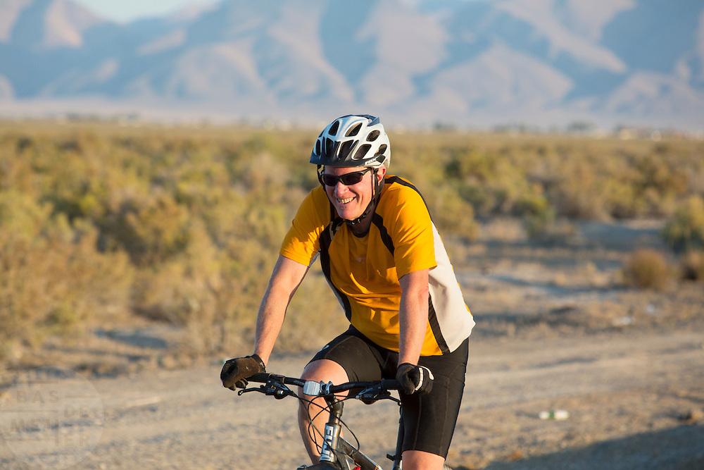 Een inwoner van Battle Mountain fietst op de mountainbike door de woestijn.<br /> <br /> A resident of Battle Mountain is pedaling on his mountainbike in the desert.
