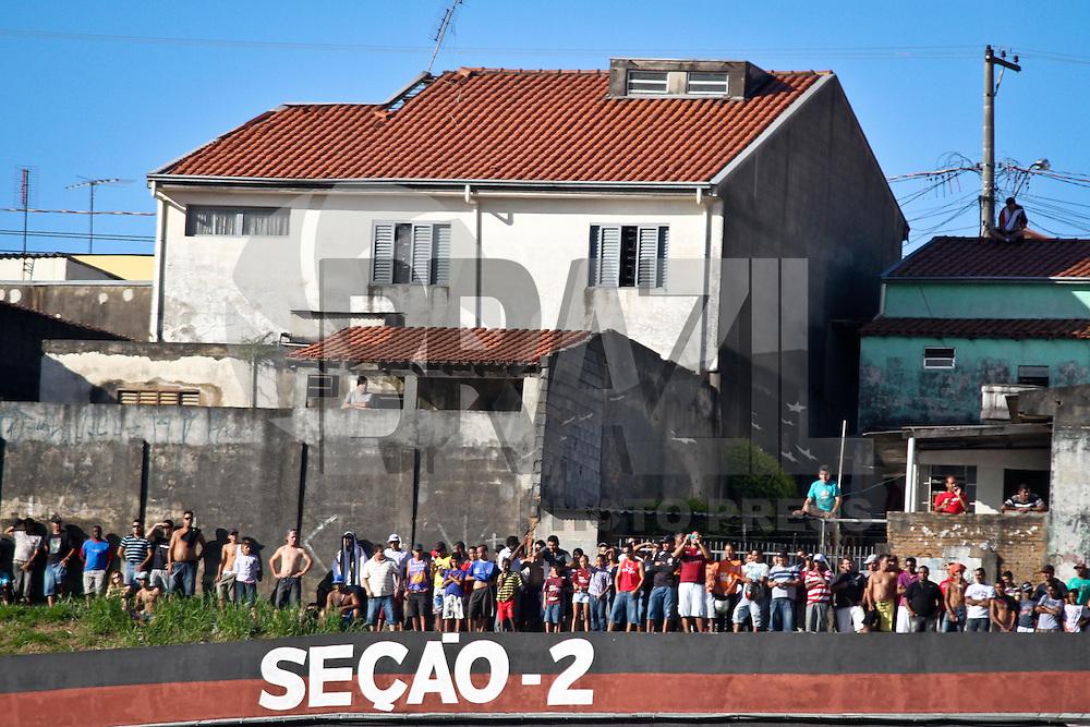 JUNDIAI,SP,20 JANEIRO 2013 - CAMPEONATO PAULISTA - PAULISTA X CORINTHIANS - Torcedores assistem  partida Paulista x Corinthians do lado de fora do  Estádio Jayme Cintra em Jundiai na tarde deste domingo.(FOTO: ALE VIANNA -BRAZIL PHOTO PRESS).