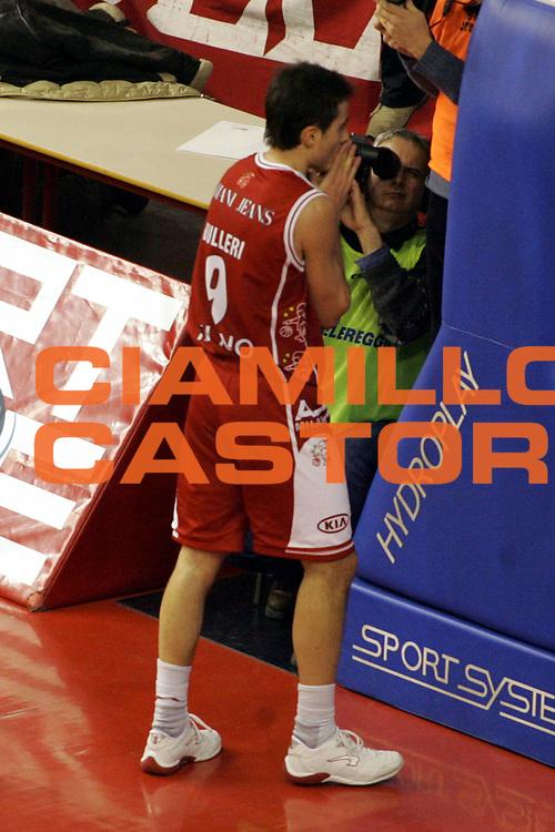 DESCRIZIONE : Reggio Emilia Lega A1 2005-06 Bipop Carire Reggio Emilia Armani Jeans Olimpia Milano<br />GIOCATORE : Bulleri<br />SQUADRA : Armani Jeans Olimpia Milano<br />EVENTO : Campionato Lega A1 2005-2006 <br />GARA : Bipop Carire Reggio Emilia Armani Jeans Milano<br />DATA : 30/12/2005 <br />CATEGORIA : Delusione<br />SPORT : Pallacanestro <br />AUTORE : Agenzia Ciamillo-Castoria/G.Ciamillo