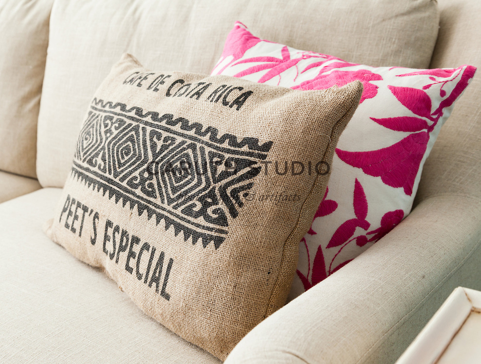 Burlap projects: Coffee sack pillow