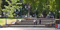FAROLES TIPICOS, ESCALERAS Y GENTE CAMINANDO EN PLAZA INDEPENDENCIA, CIUDAD DE MENDOZA, PROVINCIA DE MENDOZA, ARGENTINA (PHOTO © MARCO GUOLI - ALL RIGHTS RESERVED)