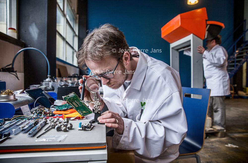 """Nederland, Haarlem, 4 maart 2016.<br /> Oprichter André Kapitein van smartsensors.me en een collega aan het werk in hun laboratorium waar ze slimme sensors ontwillelen voor allerlei toepassingen.<br /> <br /> """"Smartsensors.me maakt slimme sensoren, waarmee je op afstand data kan verzamelen over vrijwel<br /> alles. Van bijvoorbeeld het monitoren van de luchtkwaliteit rondom je gebouw op je iPhone, tot het<br /> automatisch detecteren van gevallen ouderen in hun woning. Doordat we alles zelf op maat maken is<br /> alles mogelijk, en omdat we alles bouwen vanaf een basisplatform zijn de kosten laag en de looptijden<br /> kort."""" Bron: smartsensors.me<br /> <br /> <br /> Smartsensors.me makes smart sensors, which lets you remotely collect data on virtually everything. For example, monitoring the air quality around you building on your iPhone and much more. Innovation award winner. <br /> Source: smartsensors.me<br /> <br /> Foto: Jean-Pierre Jans"""