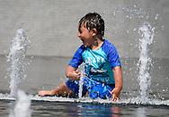 8月29日,在美国加利福尼亚州洛杉矶,一名小孩在公园内的喷泉旁戏水。当日,由于南加州迎来一股热浪,洛杉矶地区的气温高于正常水平18度,许多地区气温将直逼100℉以上。破纪录高的气温将持续至周末,加州能源部敦促民众要自发节省用电。新华社发 (赵汉荣摄)<br /> A boy cools down at the Grand Park fountain on Tuesday, August 29, 2017, in Los Angeles, the United States.   Record-breaking heat will persist across Southern California Tuesday, with Los Angeles County temperatures up to 18 degrees above normal, and forecasters issued a heat advisory for the Los Angeles County coast. California energy authorities urged voluntary conservation of electricity Tuesday as a wave of triple-digit heat strained the state's power grid. (Xinhua/Zhao Hanrong)(Photo by Ringo Chiu)<br /> <br /> Usage Notes: This content is intended for editorial use only. For other uses, additional clearances may be required.