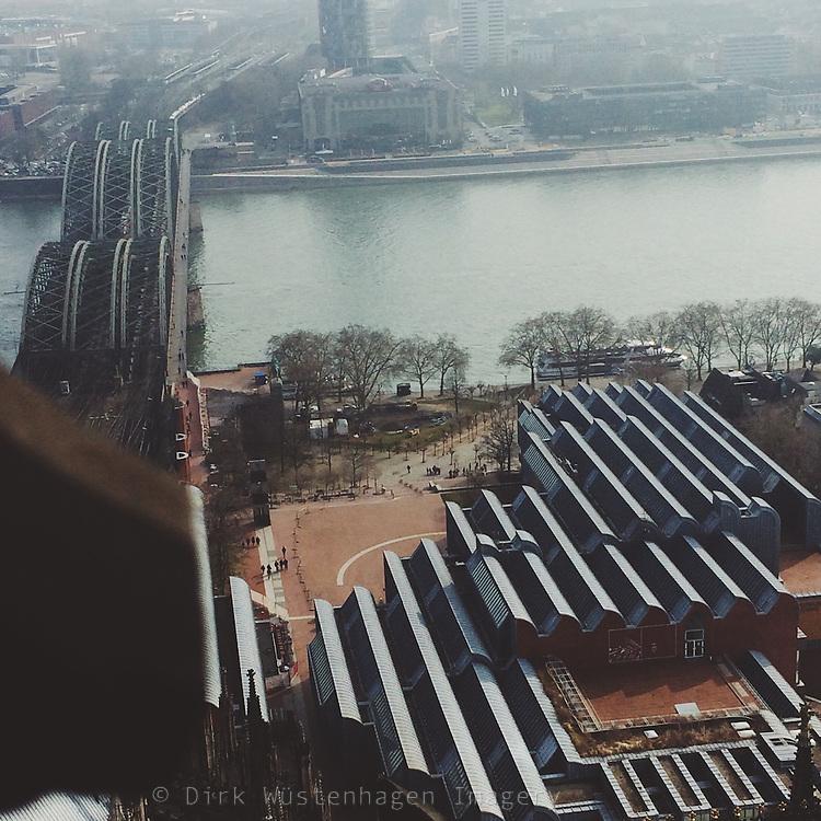 Blick westlich auf den Rhein und Hohenzollernbrücke sowie Museum Ludwig, Luftaufnahme, Köln, Deutschland