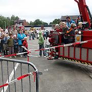 NLD/Huizen/20070908 - Huizerdag 2007, mensen in de rij voor de hoogwerker van de Huizer brandweer