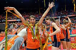 04-10-2015 NED: Volleyball European Championship Final Nederland - Rusland, Rotterdam<br /> Nederland verliest kansloos de finale met 3-0 van Rusland en moet genoegen nemen met zilver / Robin de Kruijf #5 is blij met de zilveren medaille