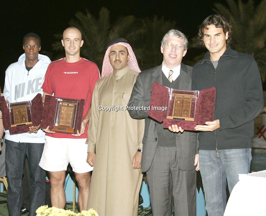 Qatar, Doha, ATP Tennis Turnier Qatar Open 2005, L-R.Gael Monfils (FRA), Ivan Ljubicic (CROA),<br />President and General Manager of Exxon Mobil<br />Qatar Inc., Wayne Harms und Roger Federer (SUI), bei einer Ehrung im Al Dana Club, 06.01.2005,<br />Foto: Juergen Hasenkopf