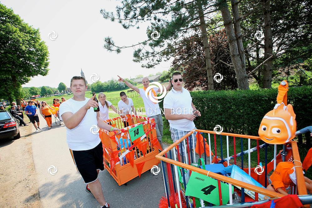 ALEM - In Alem is de boxenrace onder de jongeren tijdens Koninginnedag zeer populair. FOTO LEVIN DEN BOER - PERSFOTO.NU