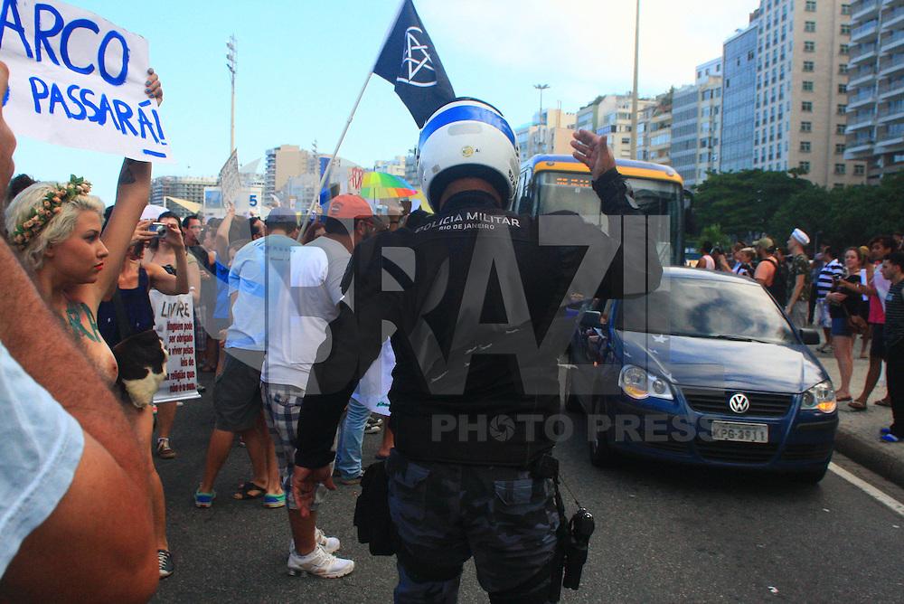 RIO DE JANEIRO, RJ, 16 MARÇO 2013 - ATO FORA MARCO FELICIANO - Manifestantes em ato contra a eleição do pastor Marco Feliciano (PSC-SP) à presidência da Comissão de Direitos Humanos e Minorias da Câmara dos Deputados, realizado na praia de Copacabana, na zona sul do Rio de Janeiro, neste sábado (16). (FOTO: THIAGO LOUZA / BRAZIL PHOTO PRESS).