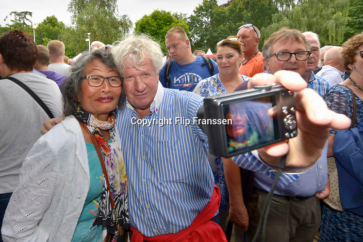 Nederland, Nijmegen, 17-7-2016Inschrijving voor de 100e vierdaagse. Ook oud journalist en BNer Wilibrord Frequin doet mee . Op de Wedren schrijven lopers zich in voor de tocht die dinsdag begint . 30, 40 en 50 km. 49.000 deelnemers hebben zich aangemeld. Ze krijgen als startbewijs een polsbandje met een barcode die de controle op het parcours makkelijker maakt.The International Four Day Marches Nijmegen, or Vierdaagse, is the largest marching event in the world. It is organized every year in Nijmegen mid-July as a means of promoting sport and exercise. Participants walk 30, 40 or 50 kilometers daily, and on completion, receive a royally approved medal, Vierdaagsekruisje. The participants are mostly civilians, but there are also a few thousand military participants. The maximum number of 45,000 registrations has been reached. More than a hundred countries have been represented in the Marches over the years.FOTO: FLIP FRANSSEN