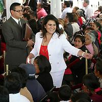 TOLUCA, México.- María Elena Barrera Tapia, presidenta municipal de Toluca, en la entrega de equipamiento para centros y unidades de rehabilitación de 26 municipios y entrega de sillas de ruedas a discapacitados. Agencia MVT / José Hernández. (DIGITAL)