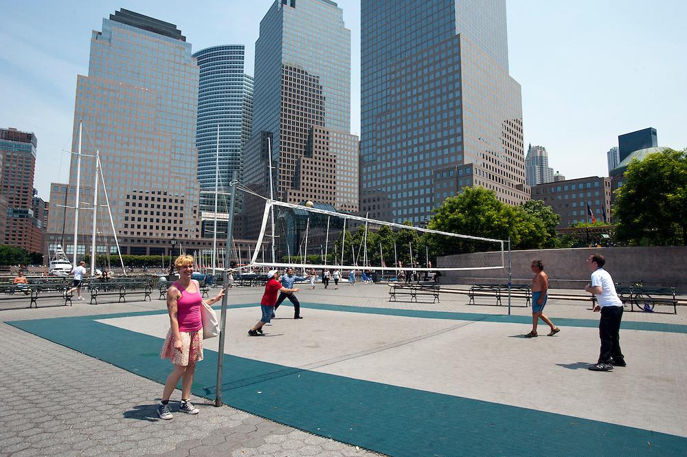 Yvonne Adamek im Yachthafen in Battery Park City, downtown Manhattan...Yoga in New York..Foto: Stefan Falke