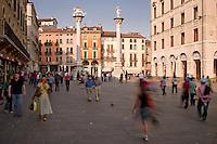 VICENZA, CENTRO STORICO, PIAZZA DEI SIGNORI, COLONNE DEL LEONE ALATO DELLA REPUBBLICA DI VENEZIA E DEL CRISTO REDENTORE, VENETO, ITALIA