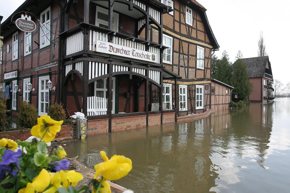 Ein vom Elbehochwasser umspueltes Gasthaus in Hitzacker...Elbe floods in Hitzacker, Germany.