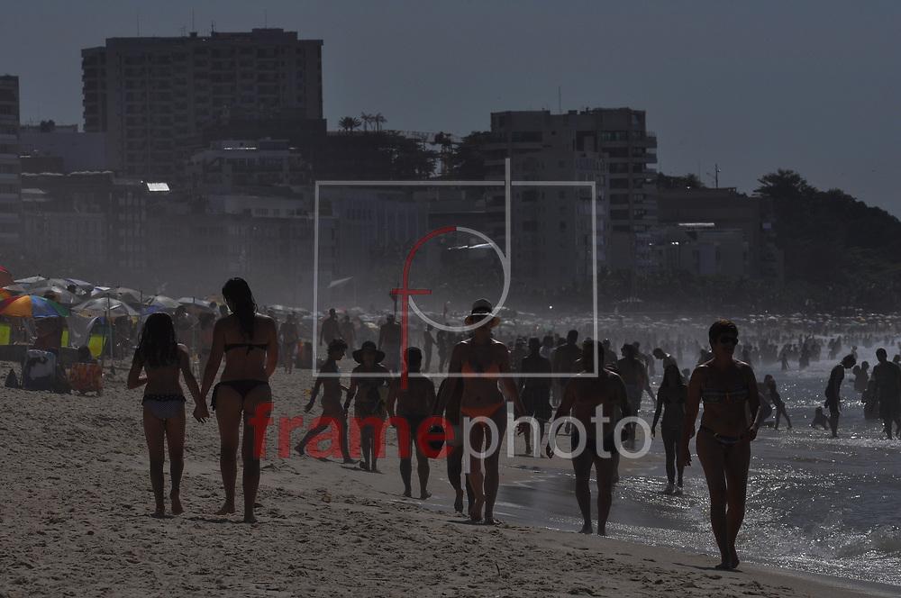 Último sábado (27) do ano é de sol e calor na praia de Ipanema. A temperatura no Rio de Janeiro deve ter máxima de 36 graus com sensação térmica superior aos 40 graus Foto: ERBS JR./Frame